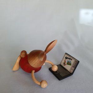 Kunststube Siegel Kuhnert Stupsi Hase mit Laptop