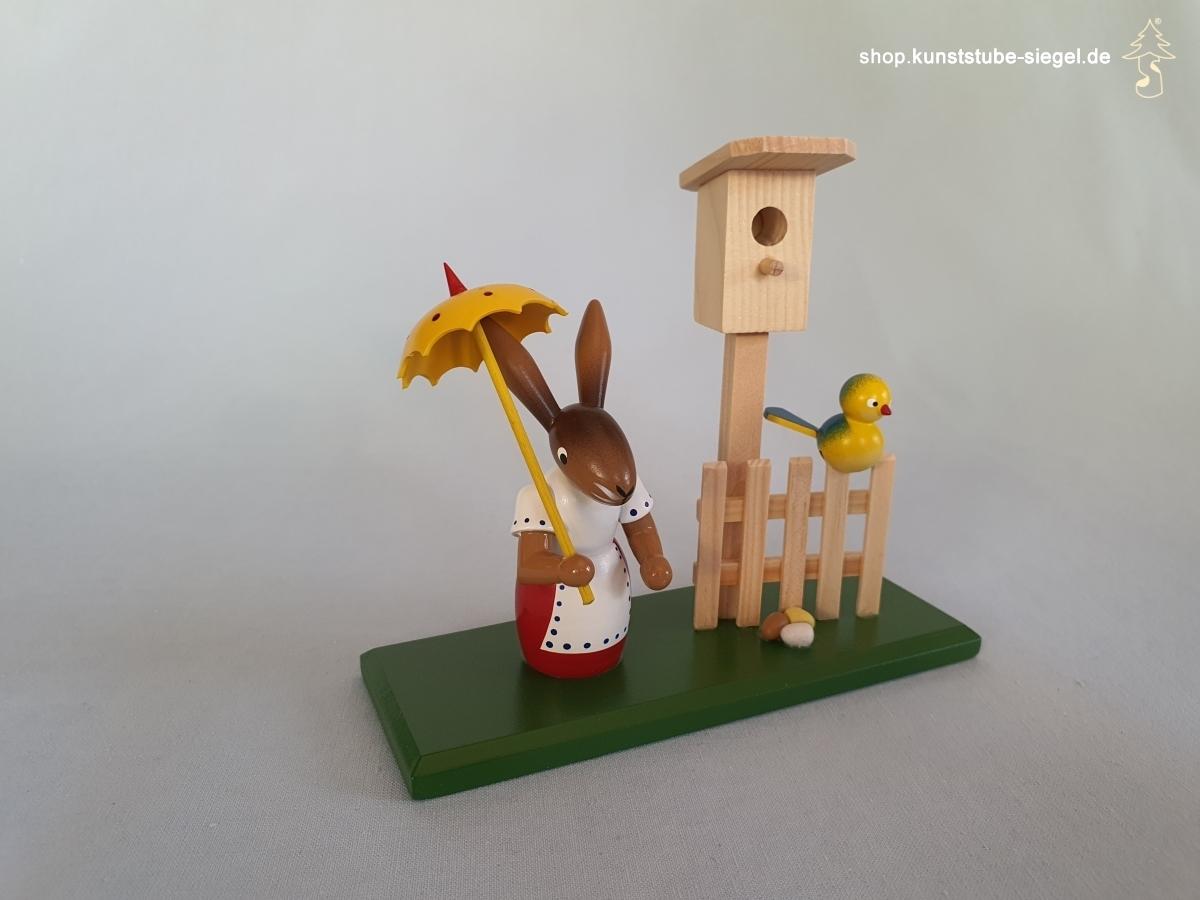 Häsin mit Vogelhaus