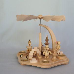Kunststube Siegel pyramide-wagner-junior-beim-iglu-bauen-natur