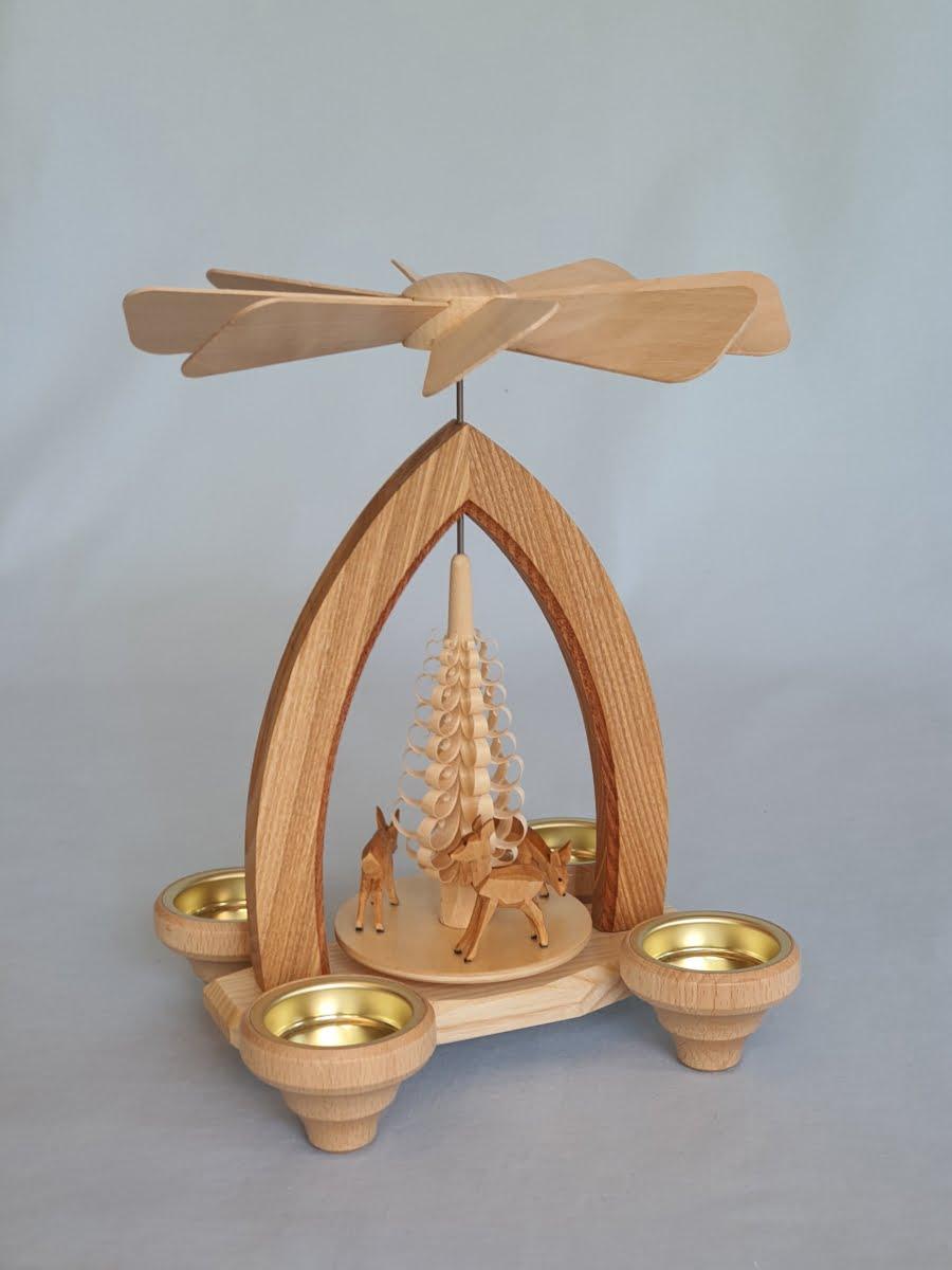 teelichtpyramide-mit-geschnitzten-rehen-natur