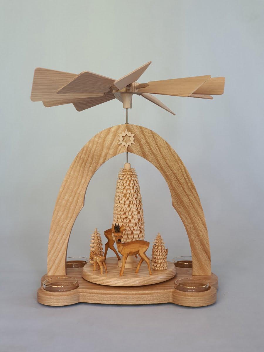 teelichtpyramide-mit-geschnitzter-rehgruppe-und-baeumen
